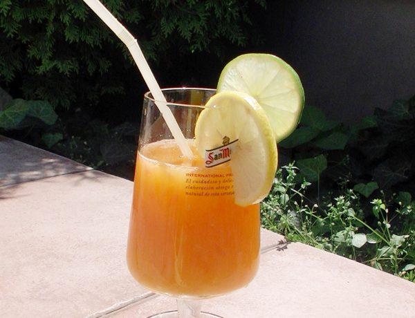 Zdrowy sok z cytrusów świeżo wyciskany